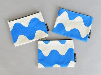 華やかなイエローと、爽やかなブルーの2色展開。同じカラーでも、柄の位置によってはこんなに雰囲気が異なるのも面白いですね。