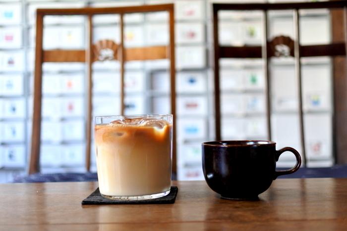 暑い日におすすめのアイスカフェラテ。濃いめのコーヒーの苦味とミルクのまろやかさが絶妙です。