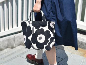 UNIKKOの中柄版「PIENI UNIKKO(ピエニウニッコ)」のミニバッグ。黒の花に薄いピンクが映える甘さ控えめのコントラストが、花柄でもスッキリと大人でも使いやすいデザインです。