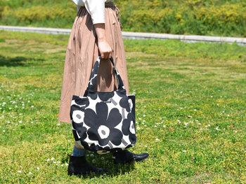 2WAYで楽しめるトートバッグは、通常は丸みを帯びたコロンとした形ですが、サイドのマチを折り込むとスマートでスタイリッシュなシルエットに変えることができるのがポイント。容量たっぷりなので、デイリー以外にも休日のお出かけにも使いたいですね。