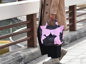 1970年に発表された日本人デザイナー・脇阪克二さんによるテキスタイルデザイン「HIMAVARI(ヒマヴァリ)」。ミニバッグは、ちょっとそこまでのお買い物やランチバッグ、サブバッグにおすすめです。