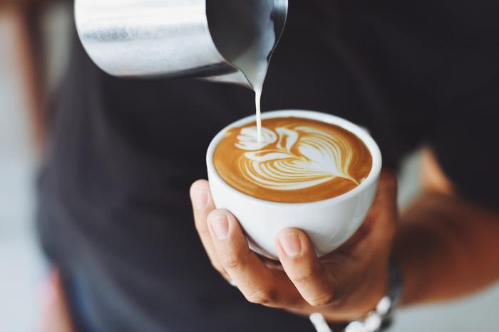 「Café con leche(カフェ・コン・レチェ)」はカフェラテに似ていて、濃いコーヒーに同量のミルクを加えて作るスペインのドリンクです。 そのほかのドリンク名は以下の通り。いつも飲むものが決まっているのであれば、その単語を覚えてしまいましょう。  café solo(カフェ・ソロ)= ブラック・コーヒー té negro(テ・ネグロ)= 紅茶 agua(アグア)= 水 zumo de naranja(スモー・デ・ナランハ)= オレンジジュース cerveza(セルベッサ)= ビール copa de vino blanco(コパ・デ・ビノ・ブランコ)= グラスの白ワイン copa de vino tinto(コパ・デ・ビノ・ティント)= グラスの赤ワイン