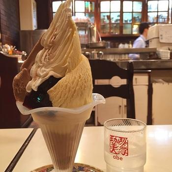 """""""コーヒーをより身近に""""という想いから生まれた「モカパフェー」。初めて注文した方は、見た目のインパクトに驚くはず。モカアイスクリーム、コーヒーゼリーなど、どれも甘すぎずコーヒーの味がしっかり感じられるのは、さすが。ここを訪れたら、ぜひ注文してくださいね。"""