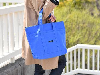 シンプルな形と、豊富なカラーバリエーションが人気の定番トートバッグもこの期間中お買い得に。絶妙な色味のブルーは、コーデのポイントになりながら、スッキリ馴染んでくれます。トートバッグは、バッグの上部を中に折り込むと一回り小さなトートバッグに変身。しっかりとしたキャンバス素材なので、デイリーユースにぴったりのアイテムです。