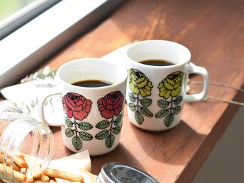 フィンランド語で「結婚式のバラ」という意味を持つ「VIHKIRUUSU(ヴィキルース)」は、元々1964年にマイヤ・イソラによって生み出されたデザインを、娘のクリスティーナ・イソラが小柄にリデザインしたもの。ビビッドなピンクと淡いグリーンの新色は、日本だけの限定カラーです。結婚祝いなどの贈り物にもおすすめです。