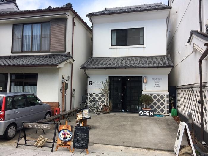 中町通りにあるその名も「NAKAMACHI CAFE(ナカマチ カフェ)」は、松本駅より徒歩10分ほど歩くと見えてくる蔵造りの外観が目印。工場の跡地をリノベーションした店舗は、スタイリッシュな雰囲気です。