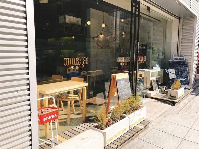 松本駅前の本町商店街にある「concourse cafe(コンコースカフェ)」は、大きなガラス張りの外観が目印です。