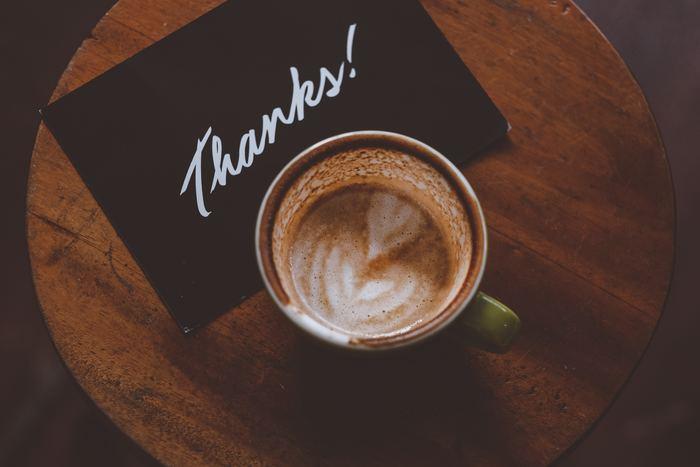Gracias(グラシアス)= ありがとう/ありがとうございます Muchas gracias(ムーチャス・グラシアス)= どうもありがとうございます。 Muchísimas gracias(ムチシマス・グラシアス)= 本当にありがとうございます。  Gracias < Muchas gracias < Muchísimas gracias の順に、感謝の思いを強く表すことができます。普段の会話や旅先での挨拶では「Gracias」だけでも十分。 逆に相手に「Gracias」と言われたら、「De nada(デ・ナダ)= どういたしまして」と返しましょう。