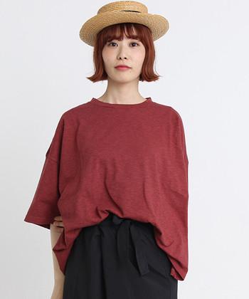 ムラ感のあるような、独特なカラーとビッグサイズが魅力的な無地Tシャツ。全4色展開で、写真はピンクですが、落ち着いた大人カラーのため着こなしやすい一枚です。しっかりめの生地なので、長く着られるのもポイント。