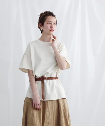 シャリ感のあるカード糸と、光沢感のあるコーマ糸を使って作られた、シンプルな無地Tシャツです。キナリやチャなどの渋みカラー4色展開。さらりと上品な素材感の無地Tシャツは、一枚で着るだけで、こなれ感のあるスタイリングに格上げしてくれます。