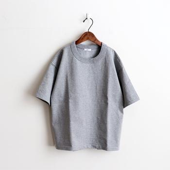 しっかり目の詰まった、肉厚コットンを使用して作られた無地Tシャツ。少し短め丈のTシャツは、ワイドボトムスとの相性が抜群です。タックインしなくても好バランスな着こなしができるので、タックインが苦手な人にもおすすめの一枚。ピンクやべージュを含む、6色展開です。