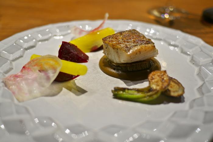 こちら「堀川ごぼう」とごぼうのピュレを敷いた「たらのロースト」。  「リョウリヤ ステファン」では、その名の通り、京野菜や日本の食材をふんだんに使った「和仏融合」のフレンチが頂けます。 『京都らしいフレンチ』があるとしたら、きっとここ。独創的な一皿を味わって。
