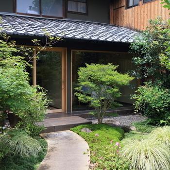 「ス」の字をデザインしたシンプルな暖簾をくぐれば、緑のお庭が姿を現します。小道を抜けて店内へ。  「京都御苑」の南側に位置しており、京都御苑を散策した後などにも立ち寄りやすいロケーションです。