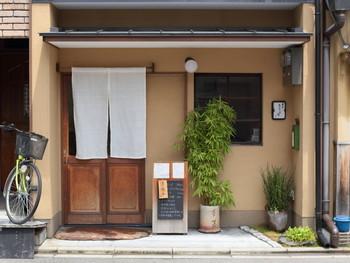 近隣には「京都御苑」や「下御霊神社」も。  こじんまりとした上品な和の店構えが出迎えてくれます。