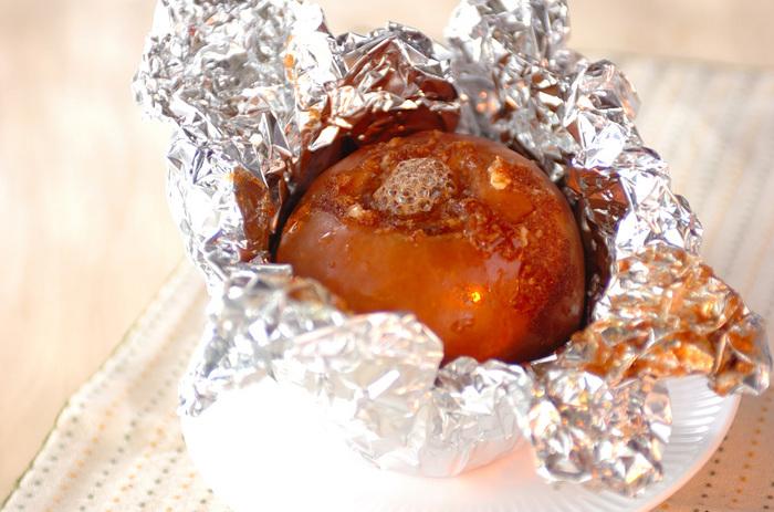焼きリンゴは定番のアウトドアスイーツですね。芯をくりぬいた部分にバターや砂糖、シナモンを入れてアルミで包んでじっくり焼きます。こちらのレシピではクリームチーズも使って一風変わった味わいに。ぜひお試しあれ♪