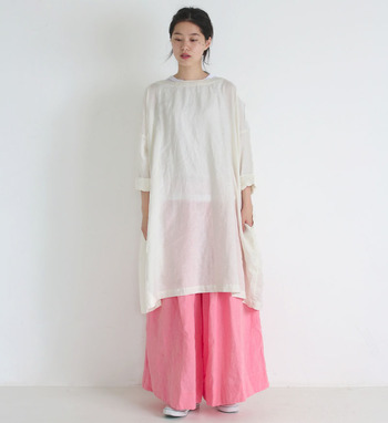 夏は鮮やかなピンクのワイドパンツと合わせてもとってもおしゃれですね。ベーシックな白の無地ワンピースは一枚は持っておきたいアイテムです。