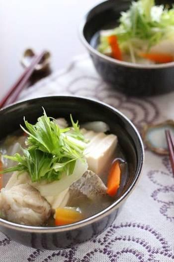 鱈と白菜のスープも中華スープで頂きましょう。鱈は先に湯通しをして臭みをとって。白菜の芯もじっくり炒めて、甘みが凝縮された満足な一杯に。