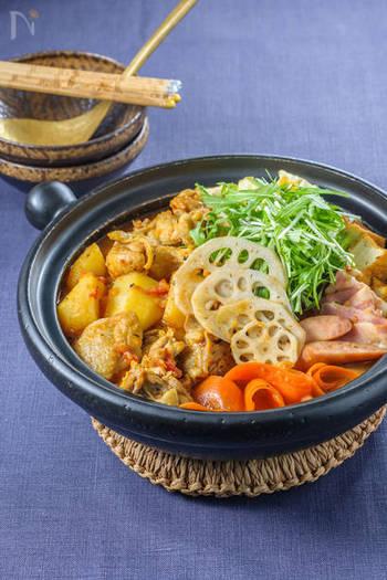 美しい見た目が食欲をそそるスープカレー鍋。ナンプラーも合わせてエスニック風の仕上がりに。お肉も数種類いれると、深みのあるダシになりますよ。