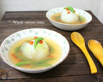 新玉ねぎの時期にぜひおすすめしたい、新玉ねぎを丸ごと使ったスープです。レンジでやわらかくしてからお鍋で煮ることで、さらに時短に。