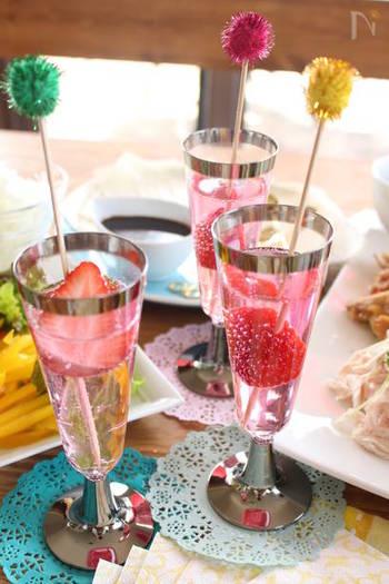 色付けに使うシロップは、カクテル用の物がなければいちごのかき氷のシロップでも手軽に代用できます。パーティーのおもてなしにもぴったりです。