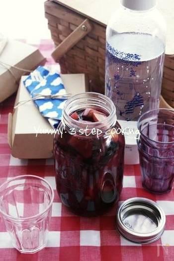 赤ワイン風のフルーティーなノンアルコールの「サングリア」は、大人も子どももおいしい、贅沢な味わいの飲み物です。こんな風にジャーに入れてピクニックに持っていくと盛り上がりそうですね。