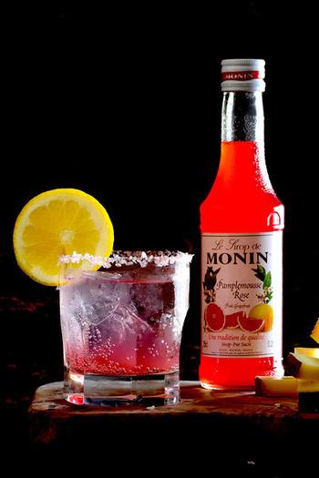 グレープフルーツシロップでソルティドック風に。モナンのシロップはm色合いが鮮やかで香り高く、ワンランク上の味わいに。ちょっと贅沢ですが、かき氷に使うと大人向けのフラッペにもなりますよ。