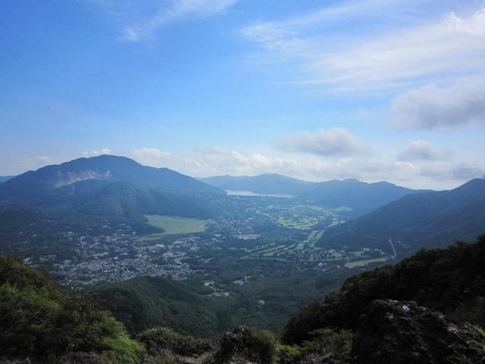 """「仙石原」は、""""金太郎""""で有名な金時山の麓に広がる、標高700mの高原地帯です。  【金時山頂上から仙石原方角の眺望。画面左、山の斜面に見えるのが仙石原の南に位置する「大涌谷」。中央左側が「すすきの草原」。奥が芦ノ湖と箱根外輪山。(撮影は9月初旬)】"""