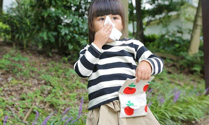 ポケットティッシュケースが一体型になっているので、いちいち取り出さなくてもティッシュをサッと引き出せるのが「移動ポケット」の嬉しいポイント!幼稚園や小学生のお子さんにとっては、今や必需品。