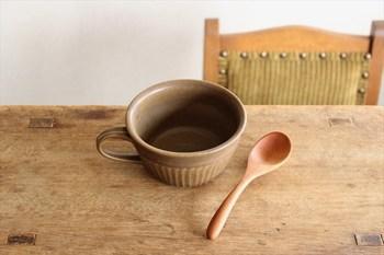 スープカップは信楽焼の産地として知られる、滋賀県甲賀市信楽町に工房を構える「古谷製陶所」さんの作品です。土からこだわり一点一点手作りされるスープカップは、見ているだけでほっと心が和む素朴で優しい風合いも特徴です。シンプルなデザインで和食器にも洋食器にも合わせやすく、使えば使うほど愛着が増していきそうです。