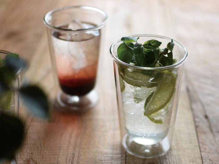 ダブルウォールのグラスは、保冷効果が高いので飲み物の冷たさをキープし、グラスに水滴がつきにくい効果があります。きれいな色合いやモクテルに入っているフルーツなどがよく見えて、よりおいしそうに感じますね。