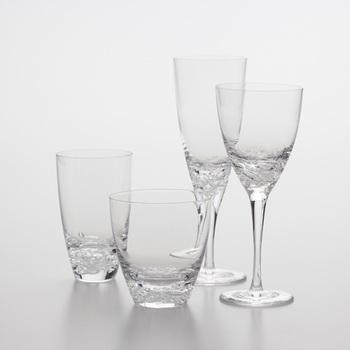ステムのあるグラスを使うか、ステムレスの安定のあるグラスを使うかはお好みですが、こんな風に水疱を閉じ込めたようなデザインの物だとより一層涼しげです。モクテルに限らず、ミネラルウォーターを飲むのにもぴったり。