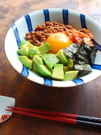 材料を切って並べて混ぜるだけの簡単レシピ。そのままご飯に乗せたら立派な丼になる嬉しいレシピです。