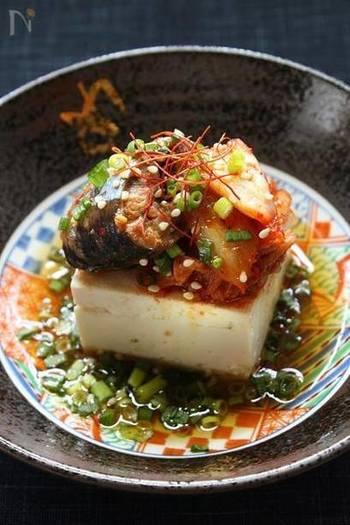 サンマの缶詰とキムチを和えるだけの簡単レシピ。最後にポン酢とごま油をかけていただきます!冷奴以外にもご飯に乗せて丼にしても美味しそう!カルシウムも取れる便利で簡単そして美味しいレシピです。