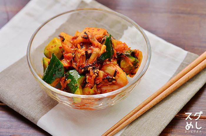 火を使わず簡単に作れちゃうキムチの副菜レシピ。キムチとごま油の相性は抜群で、このまま冷奴に乗せても良いですね。暑い日はキッチンであまり火は使いたくないものです。そんな時に作りたい簡単レシピです。