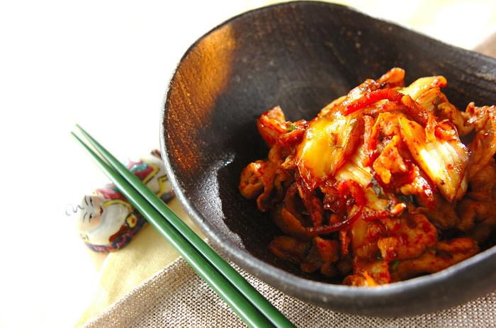 キムチと豚肉を炒めただけの簡単シンプル豚キムチレシピ。ご飯に乗せたり、うどんに乗せて絡めても美味しくいただける万能レシピです。パパッと作れちゃうのも嬉しいですね。