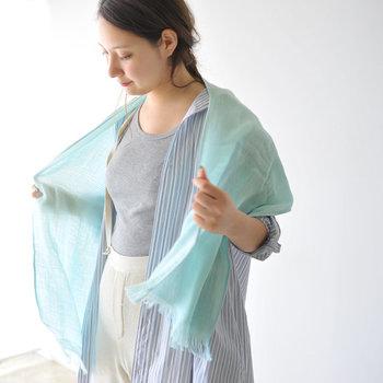 愛媛県今治の老舗「みやざきタオル」が手がけるオーガニックコットンマフラー。軽くてさらっとした風合いが魅力で、ラフに羽織ったり、くるっと巻いたりと、オシャレに紫外線対策ができます。カラーバリエーションも豊富!