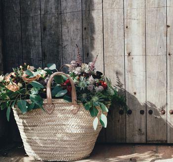 かごバッグの中に瓶やグラスをしのばせ、みずみずしい季節の草花や枝ものなどを生けてみませんか?植物がいきいきと葉を伸ばすようすを眺めているだけで、肩の力がふっと抜けて心が和むことでしょう。生花の少ない季節は、ドライフラワーをざっくりと入れて楽しむのもおすすめです。