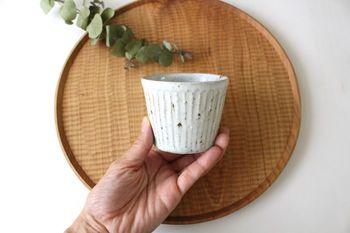 上品なしのぎ模様と、粉引のナチュラルな色合いが素敵な「しのぎカップ」。岐阜県瑞浪市で作陶されている陶芸作家、伊藤豊さんの作品です。天然の原料を用いて作られたカップは、土の素朴な素材感や釉薬の優しい風合いも魅力です。