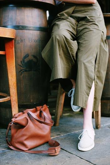 おろしたての靴を履いて出かける時は、大人になってもちょっとわくわくしますよね。それが自分の足にぴったり合ったベストな靴なら、どこへだって楽しく歩いていけそうです。 つま先の形や甲の高さなど、自分の足の特徴をよく知っておくと、靴選びの失敗もぐんと減るはず。気分まで晴れやかにしてくれるお気に入りの一足を、早速探してみませんか?