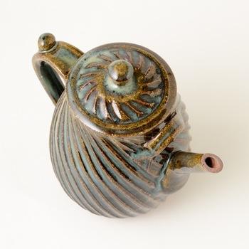 こちらのポットは4~6人用と大きめに作られているので、来客のおもてなしにもぴったりの逸品です。釉薬の濃淡によって生まれる多彩な表情や、土のぬくもりを感じる素朴な風合いなど。手仕事ならではの美しさを表現した民藝の器を、暮らしの中に取り入れてみませんか?