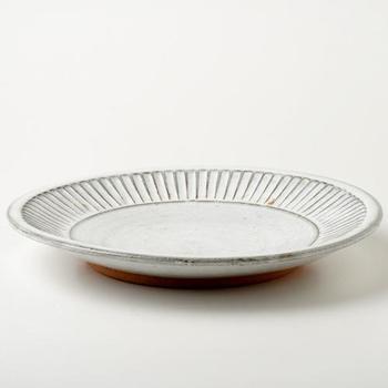 食卓に置くだけで絵になる、洗練された佇まいの大皿。ガラスの器ともコーディネートしやすいので、夏のおもてなしにもぴったりの一枚です。直径約30㎝の大皿は肉料理や魚料理といったメインのおかずをはじめ、パスタやサラダなど、料理のジャンルを問わずマルチに活躍してくれそうです。
