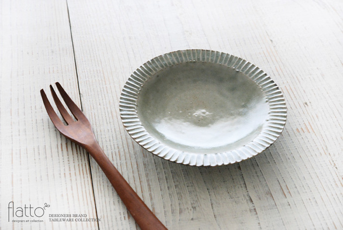 リムの部分に施されたしのぎ模様と、緑がかった灰釉の濃淡が美しい鎬皿。食事の時には和え物や酢の物などの副菜、ティータイムにはお菓子を盛り付けたりと、和・洋どちらの食卓にも映える上品なデザインも印象的です。手仕事の温もりを感じるおしゃれな鎬皿は、ナチュラルな木製のカトラリーとも相性抜群。朝食・ランチ・夕食と、シーンに合わせて多彩なコーディネートを楽しむことができます。