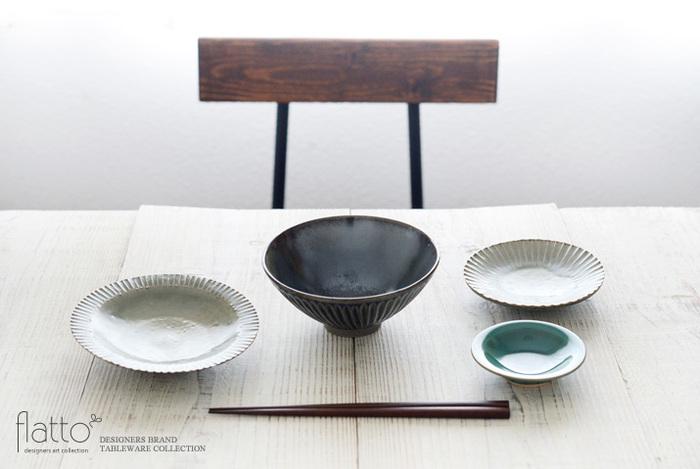 素朴な雰囲気でありながらも、シックでモダンな印象も与える鎬皿。繊細なしのぎ模様と灰釉の優しい色合いが、食卓に優雅なアクセントを添えます。こちらの写真のように鎬の器を組み合わせて、統一感のあるおしゃれな食卓を演出してみませんか?