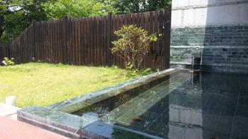 大浴場は源泉掛け流しの露天風呂も楽しめます。