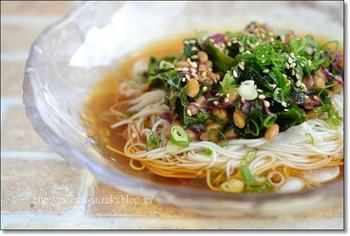 こちらは10分で完成の時短そうめんレシピ。納豆と海藻のネバネバ&ヘルシーな具材をのせて作ります。暑い季節でバテ気味の体にも嬉しいメニューですね。