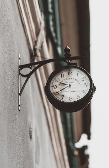 Buenos días(ブエノス・ディアス)= おはようございます Buenas tardes(ブエナス・タルデス)= こんにちは Buenas noches(ブエナス・ノーチェス)= こんばんは  時間帯によって変わる挨拶。女性名詞と男性名詞の違いによって「ブエノス」「ブエナス」と微妙に一文字違っているところに注意してください。 スペインでは昼食をとる14時頃までは「おはよう」、夕食タイムが始まる20時頃までが「こんにちは」。日本に比べて朝も昼も長いのです。