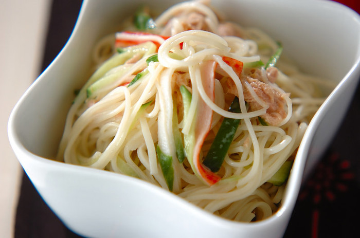 冷たいそうめんレシピでは、サラダもおすすめの調理方法です。ちょっとだけ食べたいときにも便利。こちらは、ツナマヨにキュウリやカニカマなどの手頃な材料を合わせた、彩り豊かなそうめんサラダです。