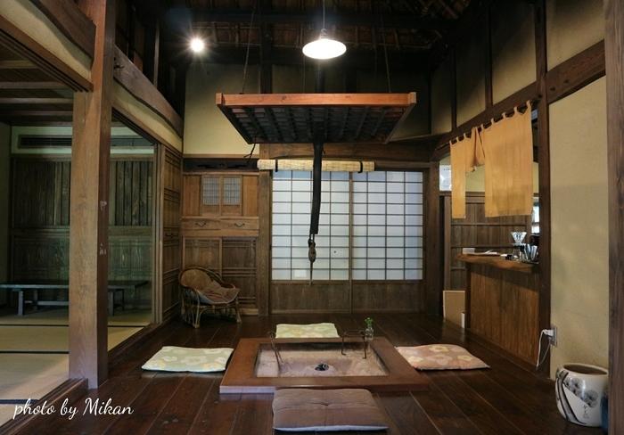 柱や床板、建具など、すべてが歴史を感じさせる深い色に変わり、木造の日本家屋の良さがしみじみと感じられらます。食事は地元農家のおかあさんたちが用意してくれます。囲炉裏を囲んで、煮物や山菜の天ぷら、打ちたての蕎麦、水車小屋で精米したお米で炊いたご飯など、素朴でしみじみと美味しい料理の数々を味わえますよ。