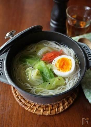こちらはストウブで作るそうめんレシピです。煮込んだ野菜の甘みがそうめんにぴったり!夏場に食欲がないときにもおすすめのレシピです。