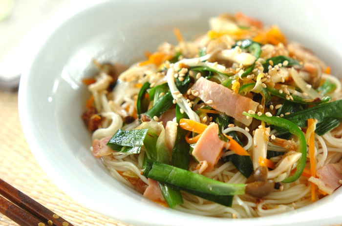 温かいそうめんでは、炒めるアレンジもおすすめです!野菜も一緒に炒めれば、たっぷりの栄養が摂れる体に嬉しい一品に。調味料を足して中華風にするなど味付けのバリエーションも楽しんでみてください。
